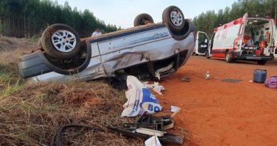 Motorista que morreu após Uno capotar em rodovia estava indo para pescaria com esposa e amigos