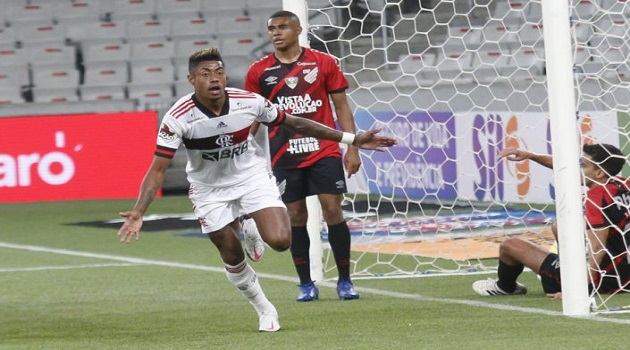 Hugo brilha e Flamengo vence o Athletico na Copa do Brasil