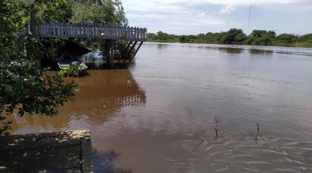 Rio Ivinhema sobe e deixa proprietários de casas em alerta