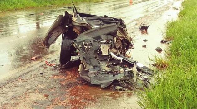 Carro é partido ao meio e uma pessoa morre em acidente na BR-267