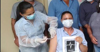 Enfermeira recebe primeira dose de vacina contra covid-19 em Novo Horizonte do Sul