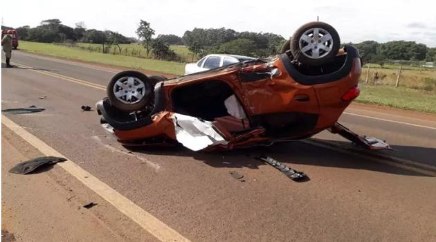 Motorista perde controle, capota veículo e recusa atendimento médico