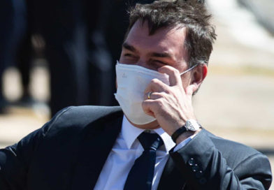 Flávio Bolsonaro é hostilizado ao tomar segunda dose de vacina da Covid