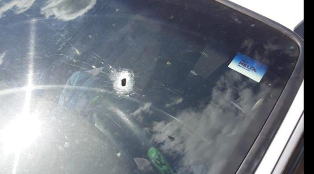Discussão entre homens acaba com carro alvejado por tiros em cidade de MS